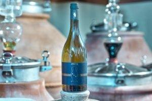 Bottiglia vino Nesos in tavola